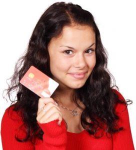 Frau mit Kreditkarte